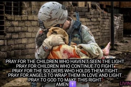 soldat libérant un enfant.jpg
